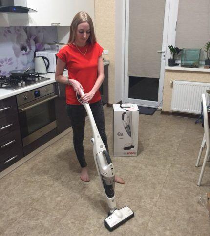 Девушка убирает комнату