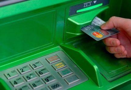 Пластиковая карта в банкомате