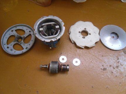 Разобранный двигатель прибора на детали