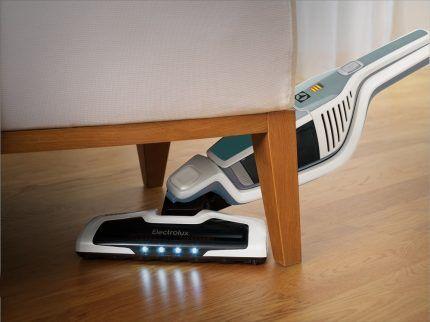 Уборка пылесосом под мебелью