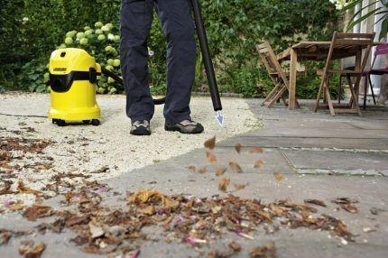 Строительный пылесос работает в режиме выдува