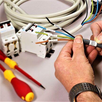 Использование разноцветных проводов для монтажа схем
