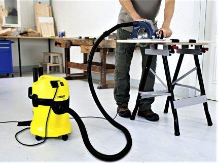 Промышленный пылесос KARCHER MV3P в процессе работы