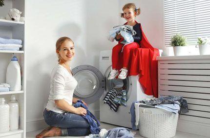 Мама, ребенок и стиральная машина