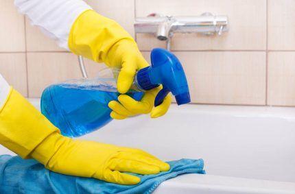 Использование спрея для чистки ванны
