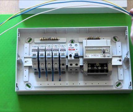 Распределительный электрощит с автоматами и счетчиком