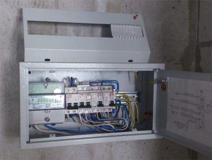 Шкаф электрический с металлическим корусом