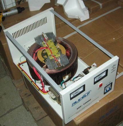 Разобранный электромеханический стабилизатор