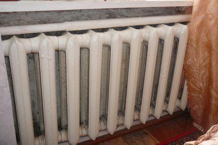 Старый чугунный радиатор