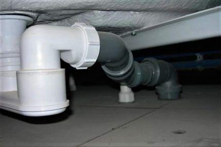 Трубы под ванной