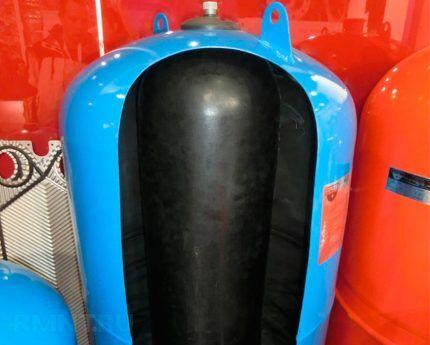 Гидроаккумулятор в разрезе