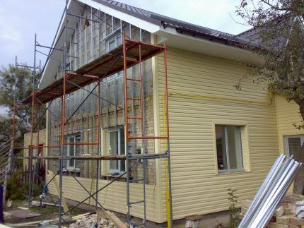 Монтаж фасада ранней весной