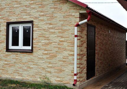 Обшивка фасада цокольным сайдингом