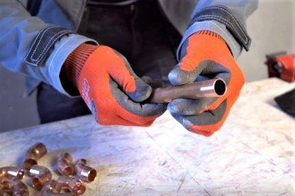 Зачищенный для пайки конец трубы
