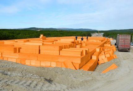 Выгрузка блоков для строительства дорог
