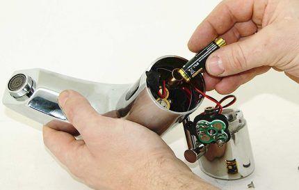 Замена батареек в смесителе