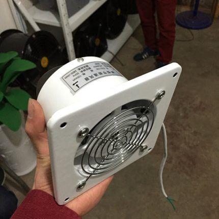 Вытяжной вентилятор в руке