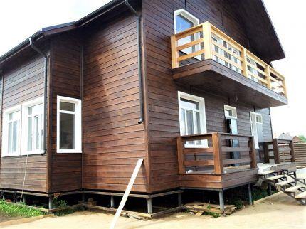 Фасад дома обшит имитацией бруса