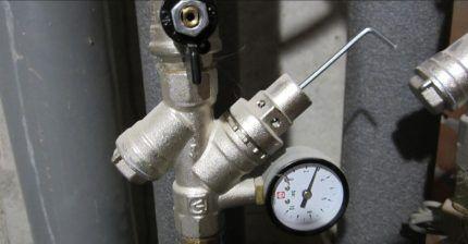 Редуктор давления воды с манометром