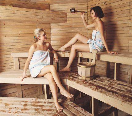 Две женщины сидят в парилке