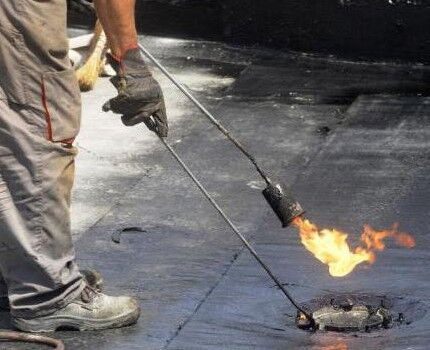 Особенности и применение газовой горелки для кровельных работ