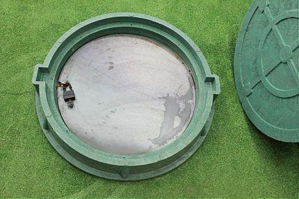 Канализационный люк с внутренней крышкой