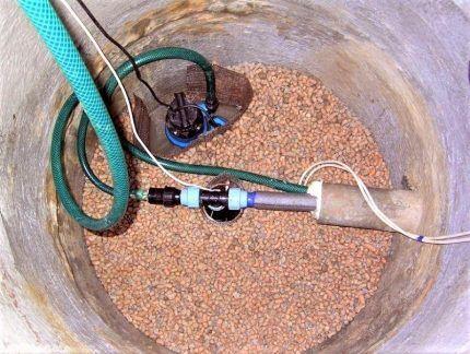 Погружной насос в скважине