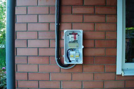 Электрощит на внешней стене дома
