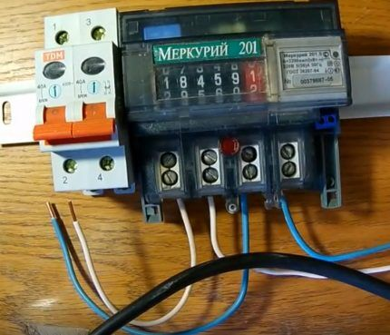 Сборка электросчетчика на столе