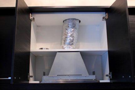 Отверстия в шкафу для воздуховода