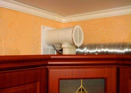 Пластиковая решетка для подключения воздуховода