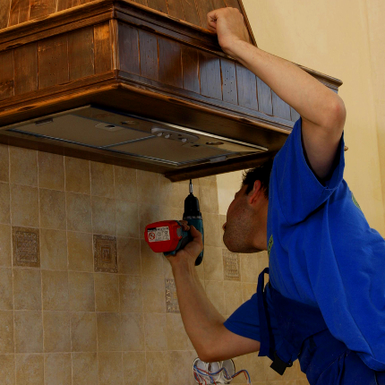 Как установить вытяжку, если мешает газовая труба: инструктаж по проведению работ