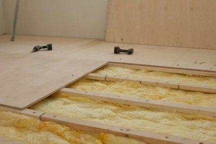 Утепление деревянного пола стекловатой