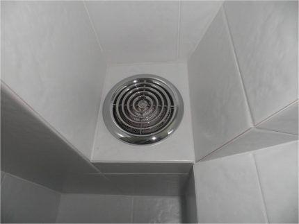 Вытяжной вентилятор на кафельной стене