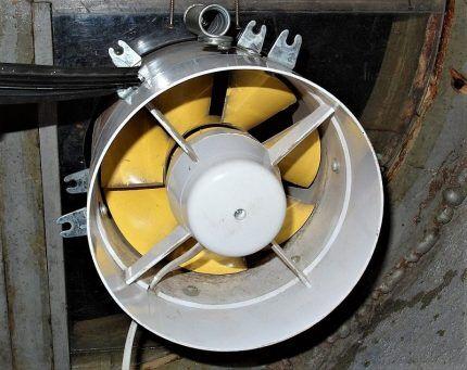Вентилятор в подвальном окне