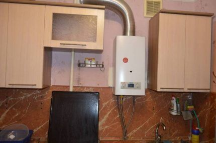 Газовый водонагреватель на кухне