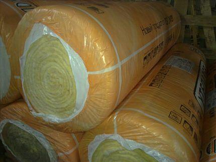 Рулоны волоконного утеплителя в пленке