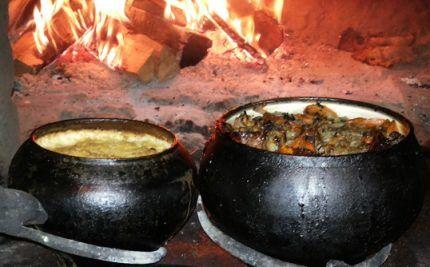 Чугунки с пищей в русской печи