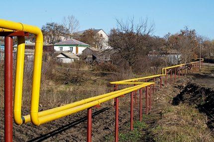 Надземный газопровод в селе