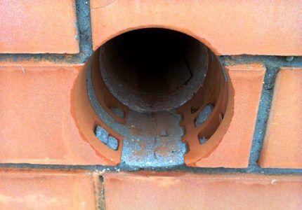Отверстие в кирпичной стене для газовой трубы