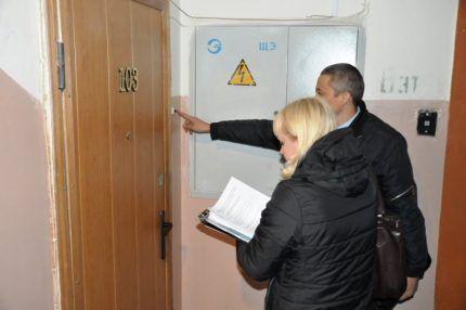 Сотрудники коммунальной службы звонят в квартиру