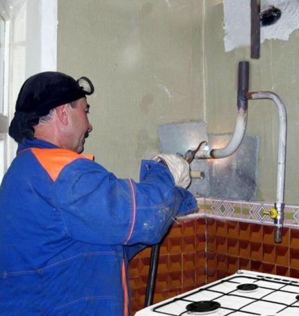 Мастер делает сварку газовой трубы