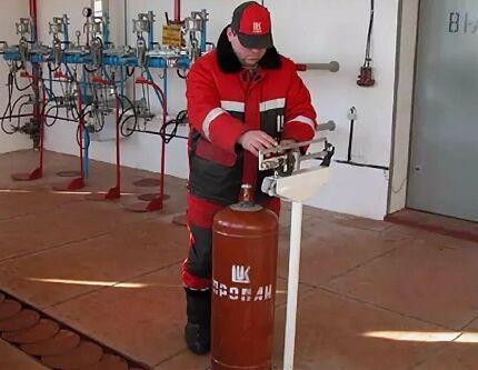 Взвешивание баллона с газом после заправки