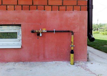 Выход газопровода у фундамента дома