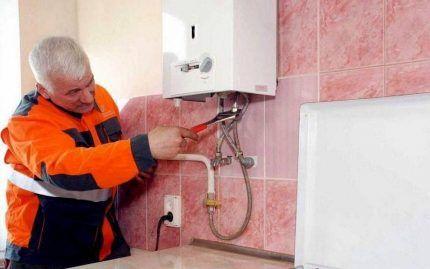 Техник меняет газовую колонку