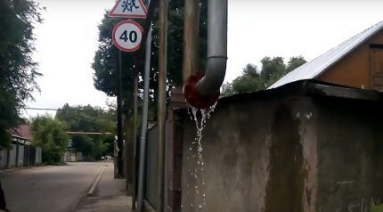 Вода в уличной газовой трубе