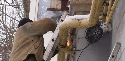 Техник заваривает прокол в газовой трубе