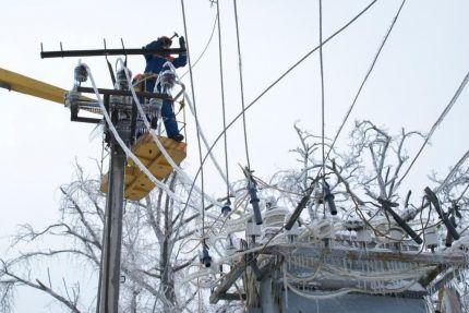 Электромонтажники устраняют последствия ледяного дождя