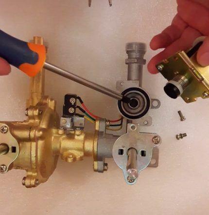 Демонтаж клапана газового котла (разборка)