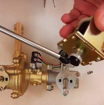 Проверка хода штока газового клапана